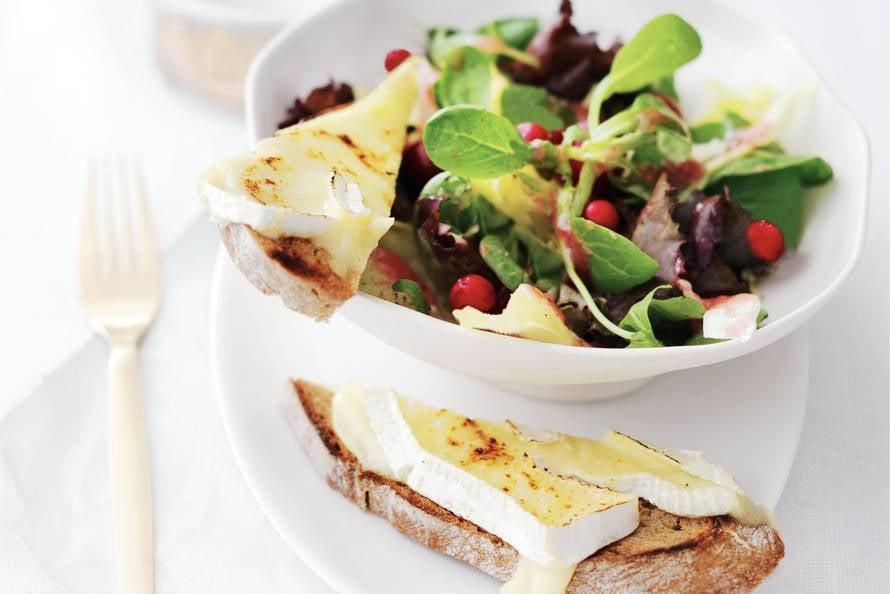 Salade met brie en cranberryvinaigrette