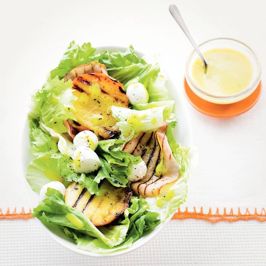 Frisse andijvie-nectarinesalade