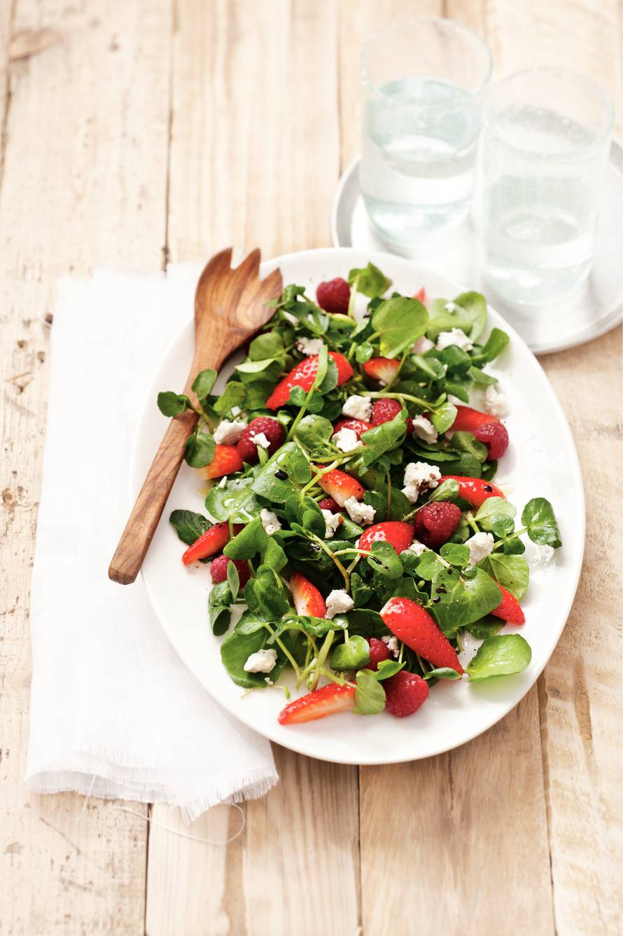 Waterkerssalade met rode vruchten