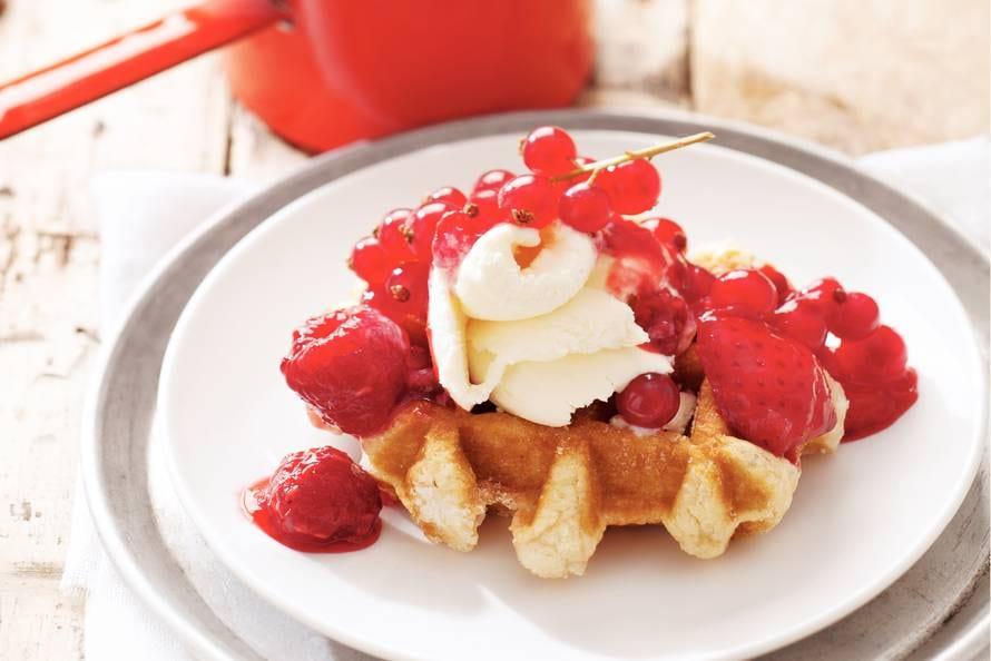 Warme wafel met rood fruit