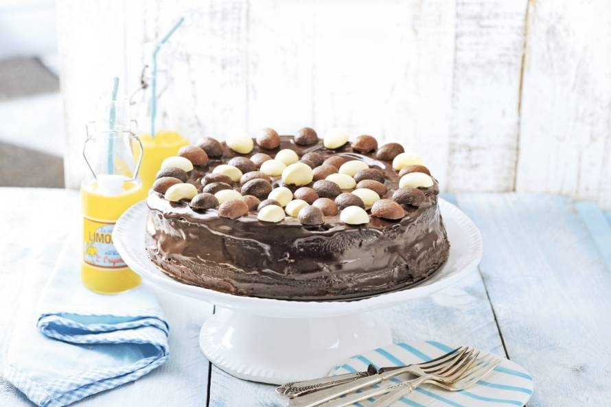 Paastaart met chocolade en paaseitjes