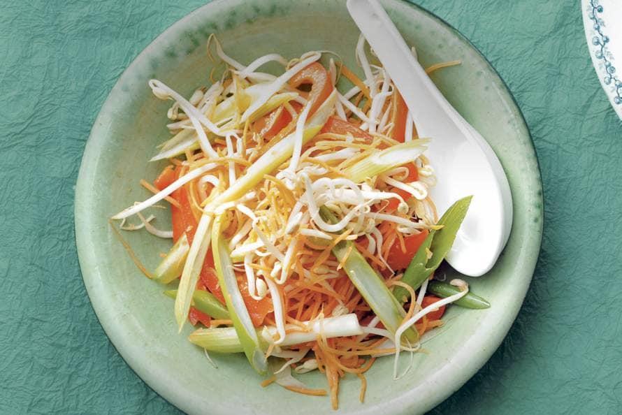 Taugé met paprika- en wortelreepjes