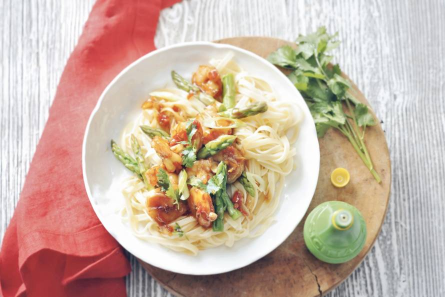 Roerbak van asperges en garnalen
