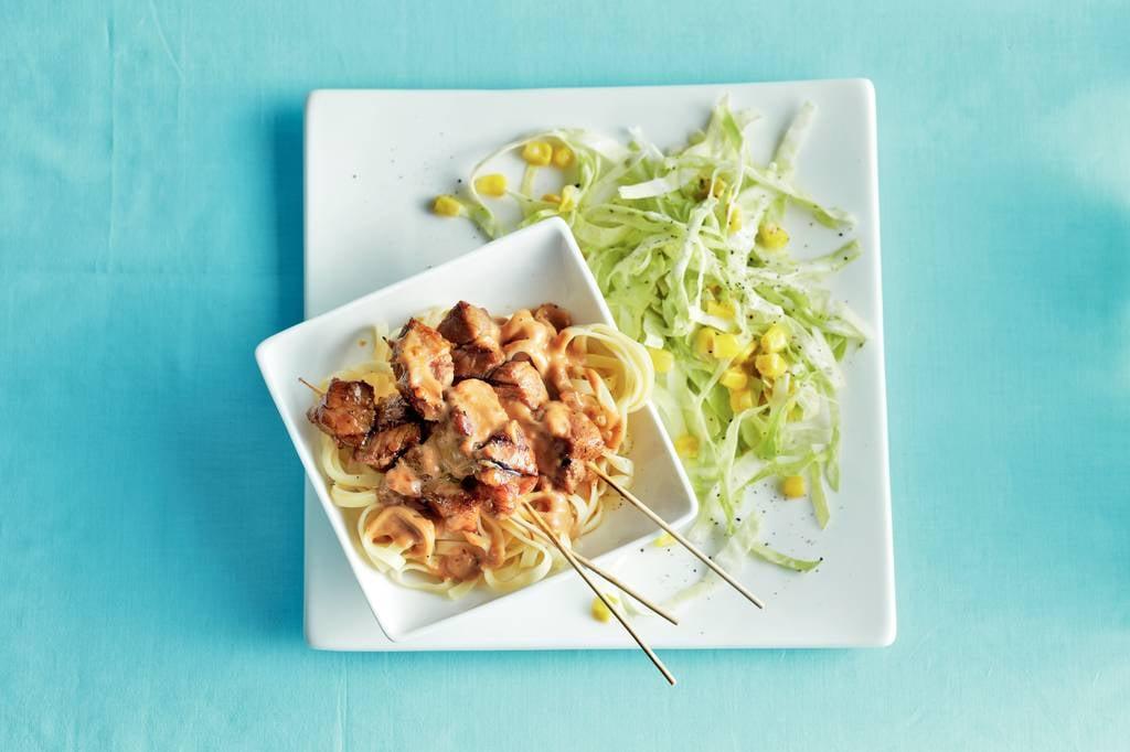 Pittige varkenssaté en koolsalade