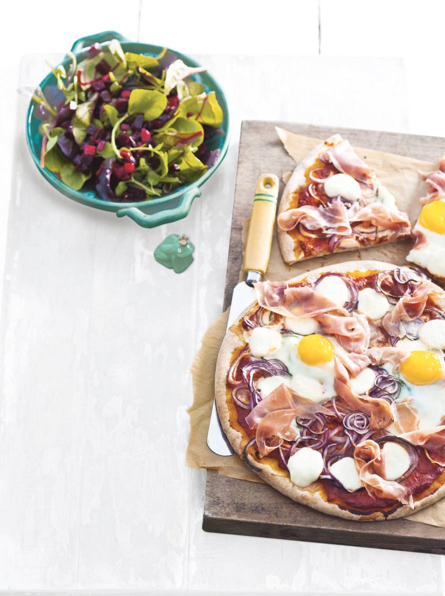 Pizza met ham, ui en ei