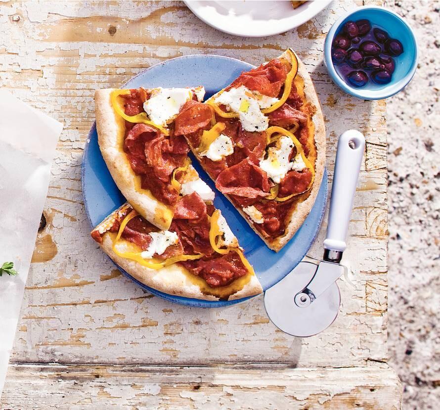 Pizza ricotta, salami en paprika