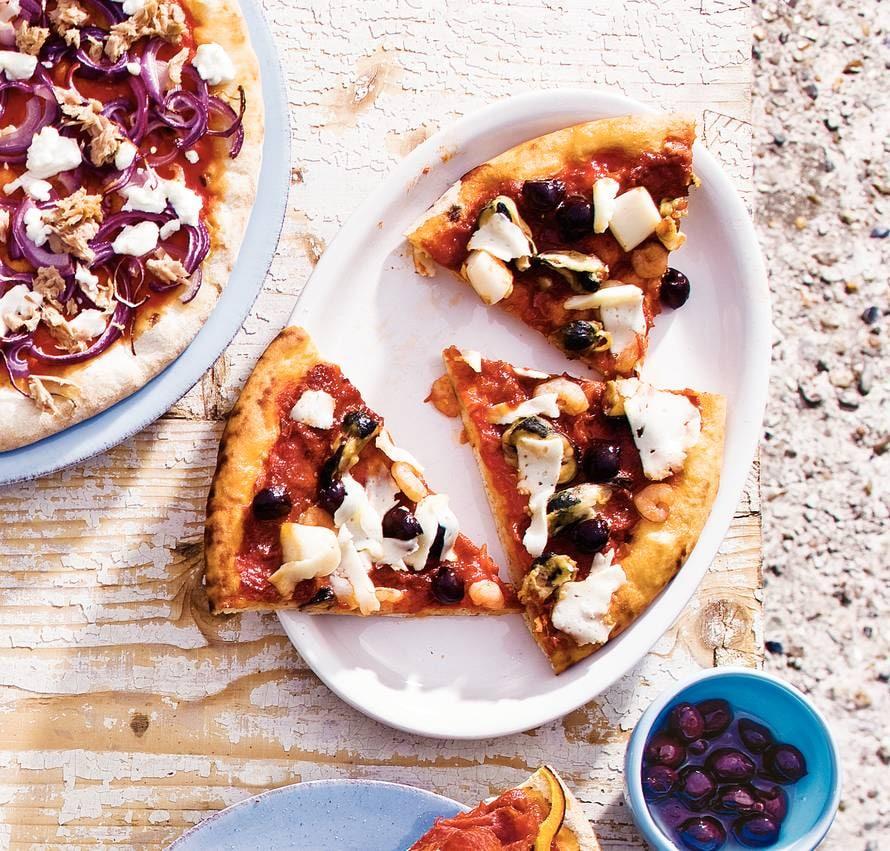 Pizza zeevruchten en olijven