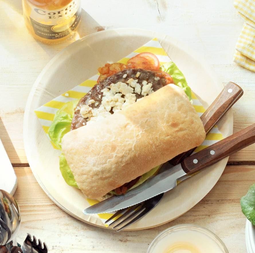 Grillburger met witte kaasblokjes