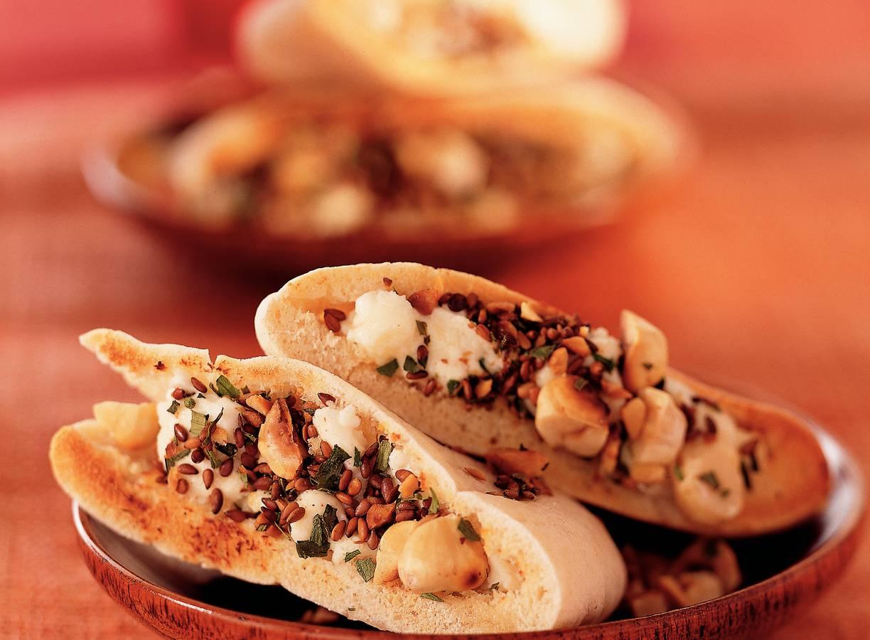 Pitabroodjes met geitenkaas en notenmix