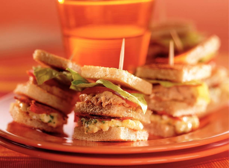 Mini-clubsandwiches met tonijn, chorizo en ei