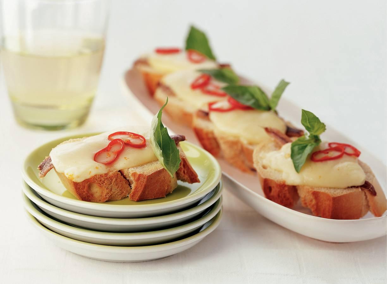 Crostini met ansjovisfilet en port salut