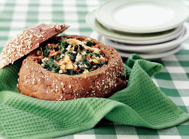 Gevulde broodbol met spinazie