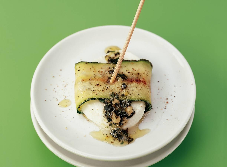 Courgette-mozzarellarolletjes met pestodressing