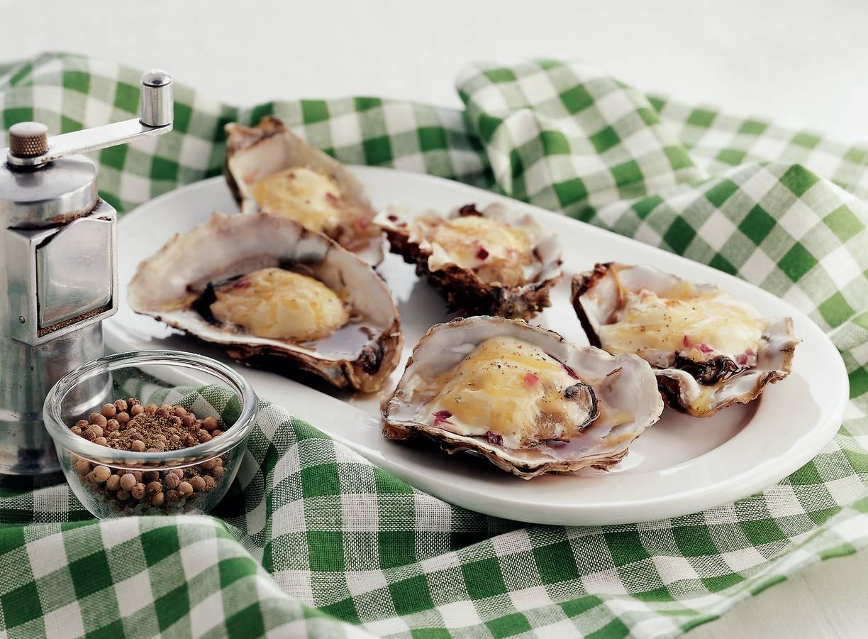 Gegratineerde oesters met rode ui