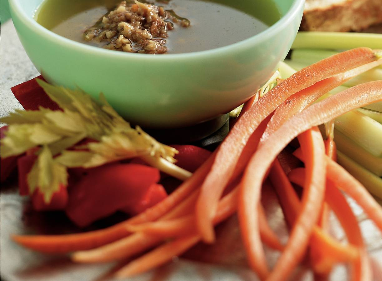 Ansjovis-knoflookdip met rauwe groenten