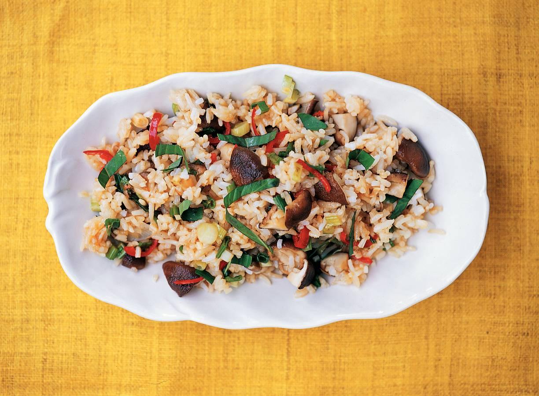 Gebakken rijst met shii-takes en groene kruiden