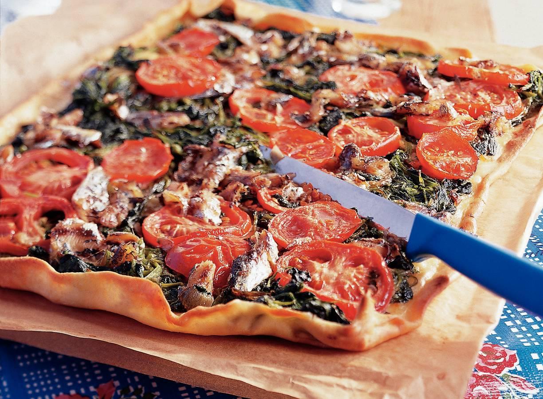 Mallorcaanse pizza met spinazie en sardines