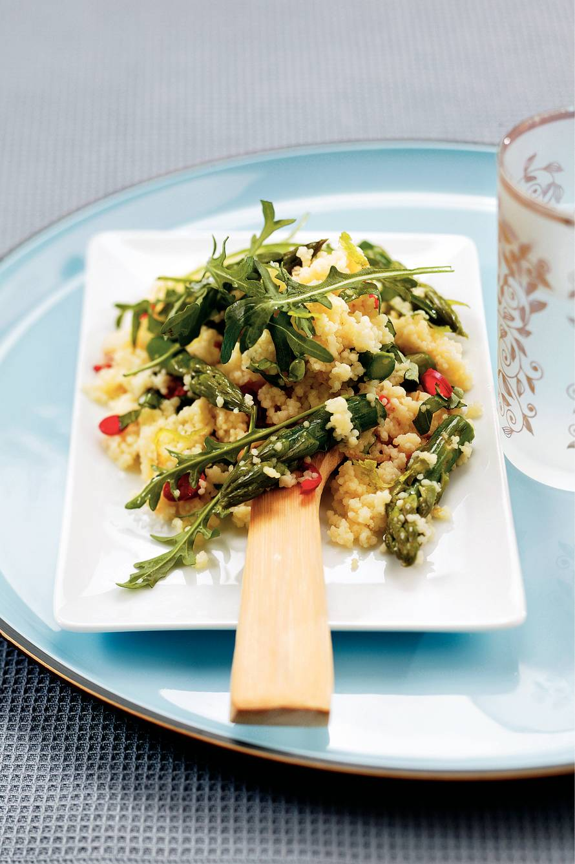 Couscoussalade met groene asperges en basilicum
