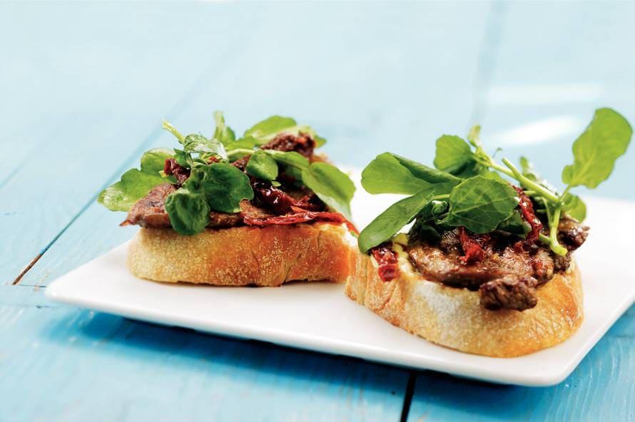 Bruschetta met lamsvlees en citroenmayonaise