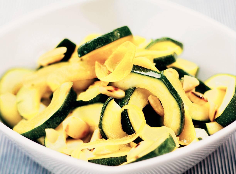 Courgette met citroenolie en amandelen