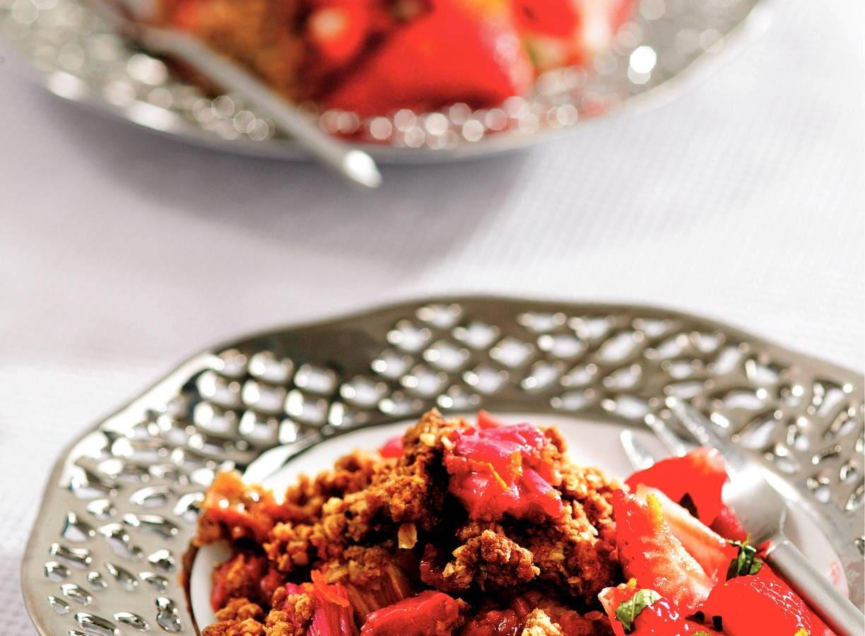 Rabarbercrumble met aardbeiensalade
