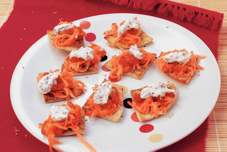 Broodchips met wortel-komijnsalade