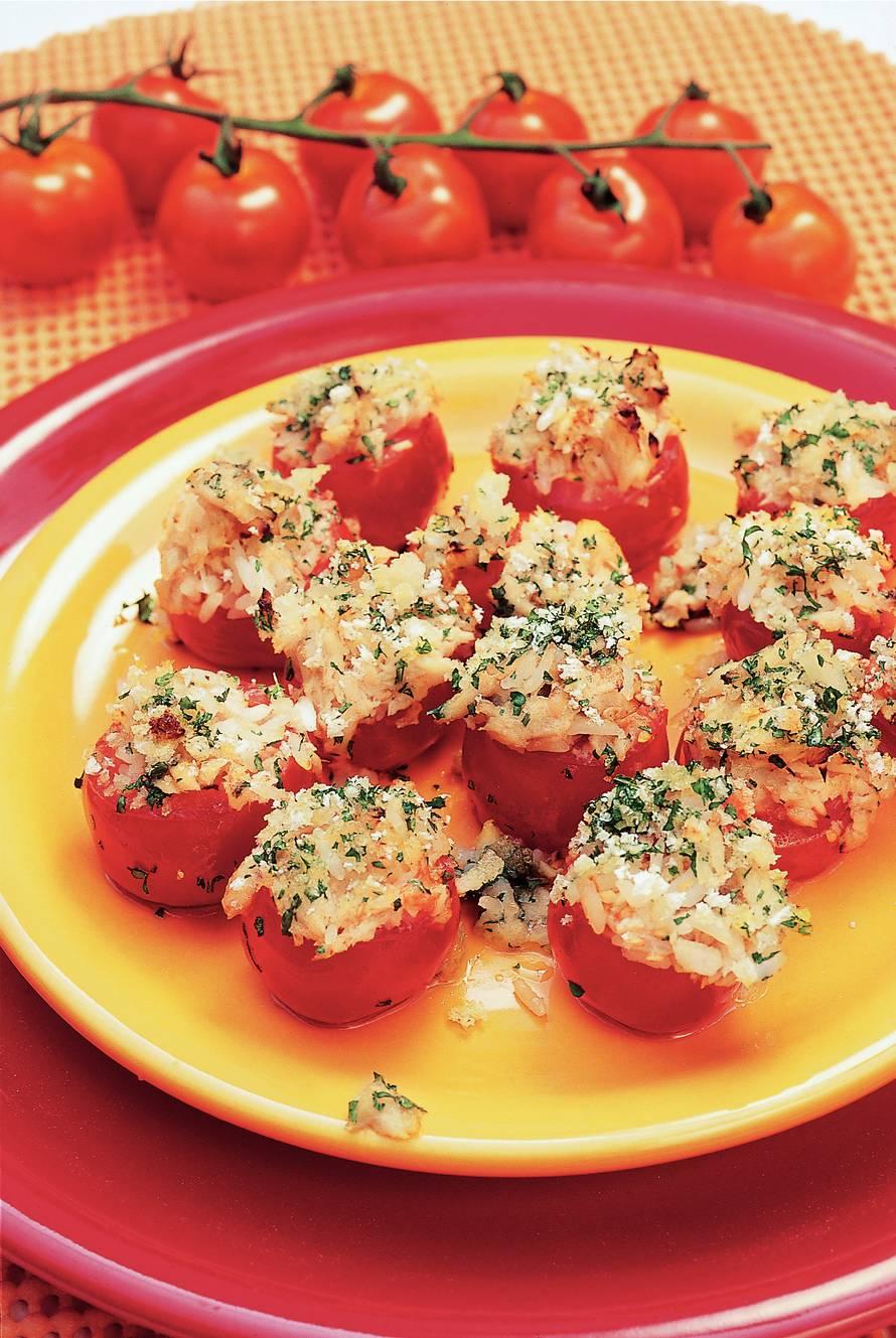 Met zalm gevulde tomaten