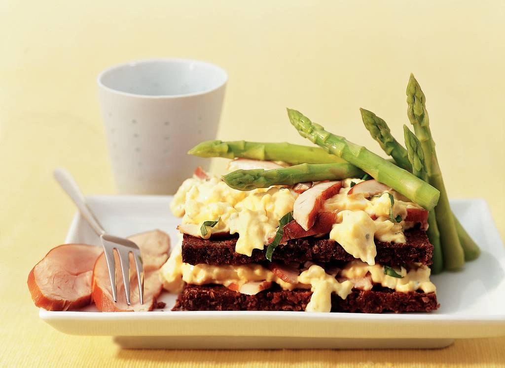 Roggebroodsandwich met eiersalade en aspergetips