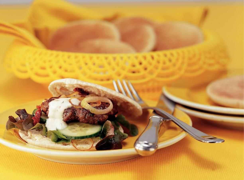 Pitasandwich met kruidige hamburger