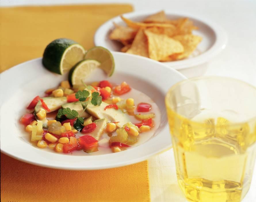 Mexicaanse groentesoep met avocado en limoen