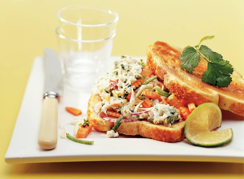 Oosterse sandwich met krabsalade