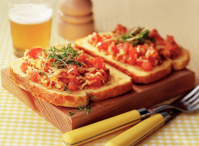Open sandwich met gesmolten kaas en tomaat