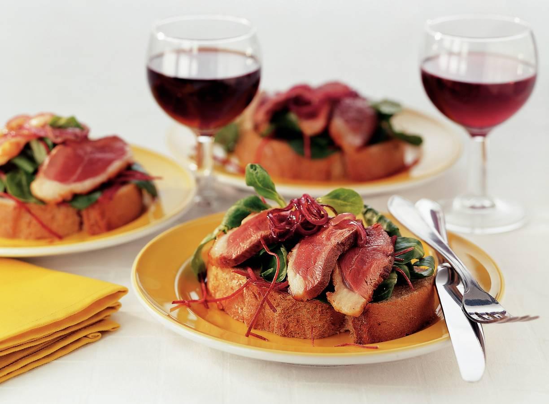 Open sandwich met eendenborst en rode-uienmarmelade