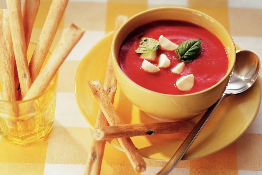 Koude zuppa caprese met mozzarella