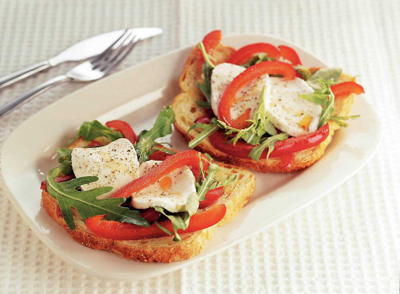 Open sandwich met mozzarella en rode paprika