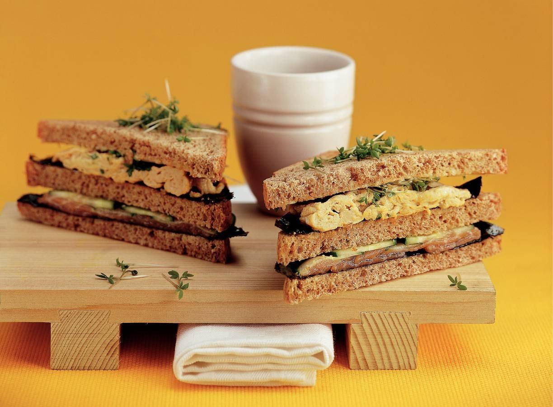 Nori-clubsandwich met zalm en roerei