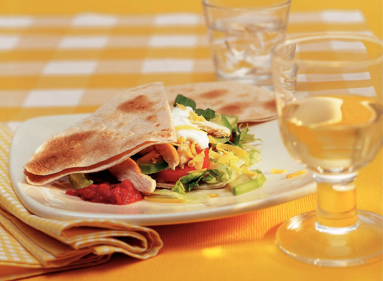 Tortillasandwich met kip en avocado