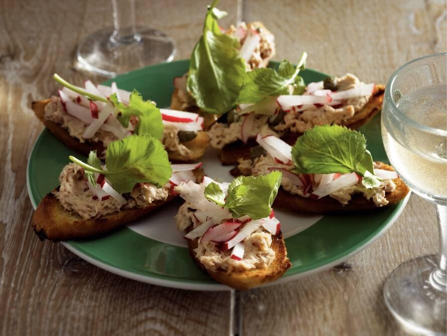 Crostini met tonijn en radijs