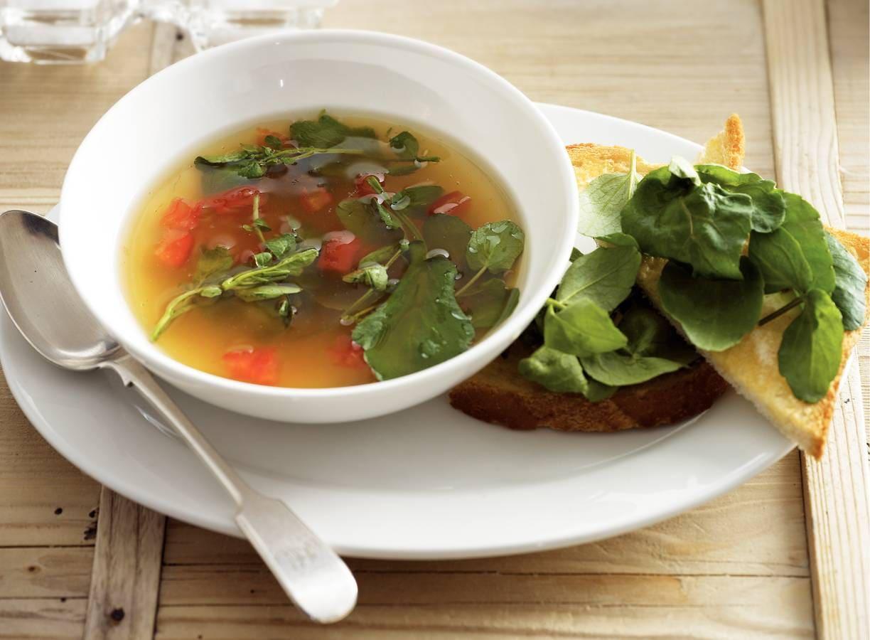 Heldere bouillon met tomaat en waterkerstoast