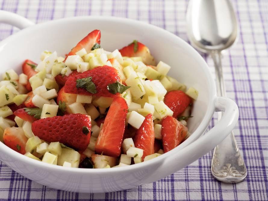 Salade van koolrabi met aardbeien en koriander