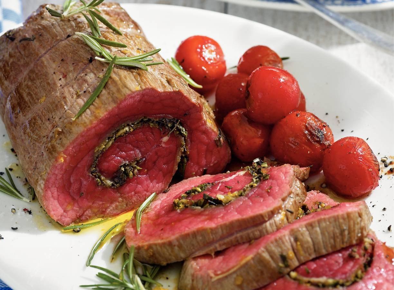 Rol van rosbief met rozemarijn