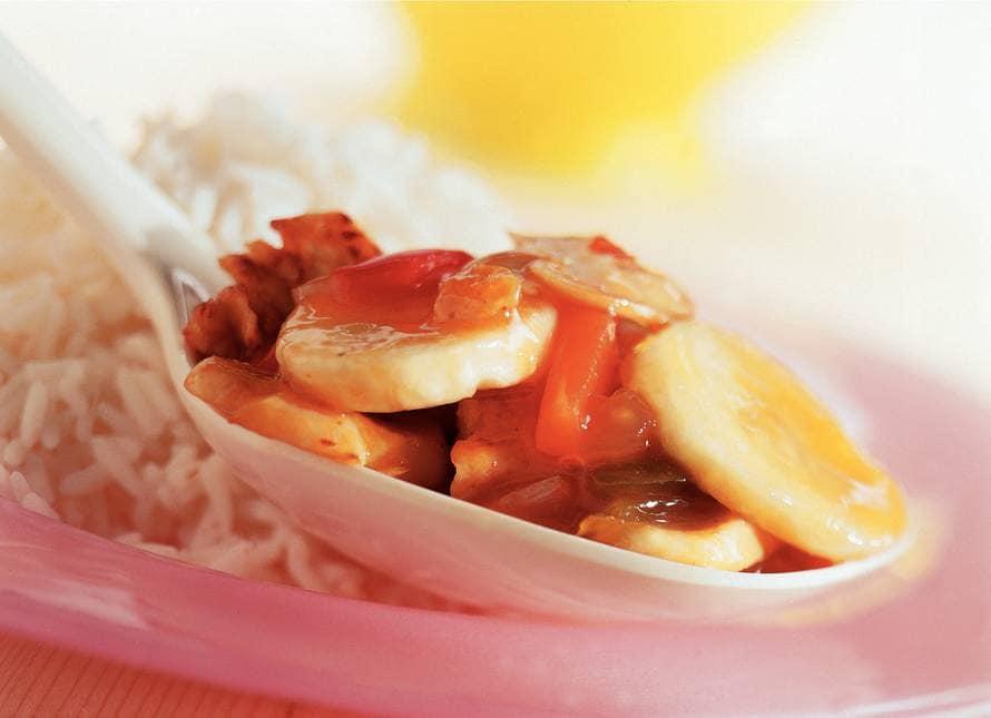 Tropische rijstschotel met banaan