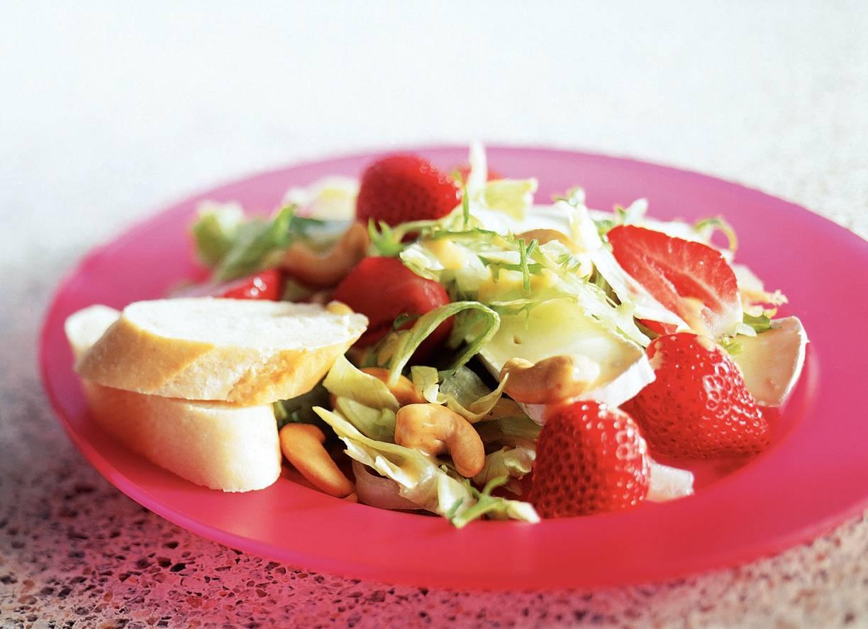 Maaltijdsalade met aardbeien en brie