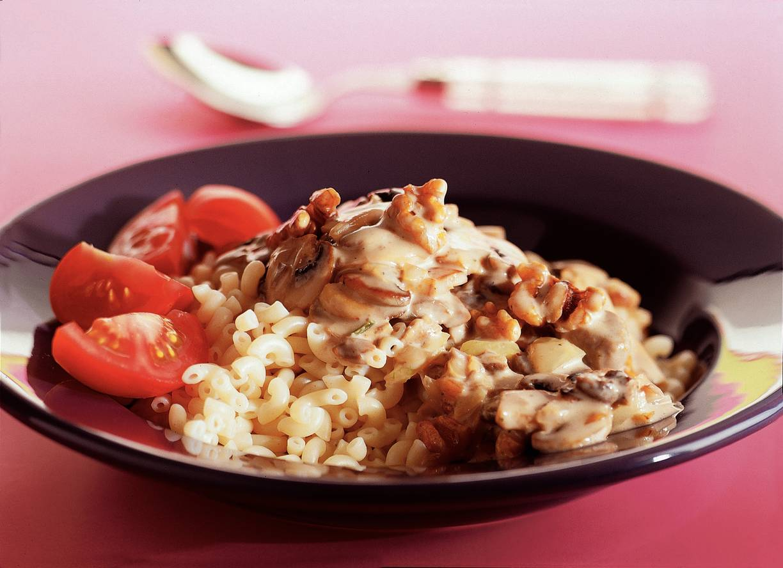 Macaroni met champignon-notensaus
