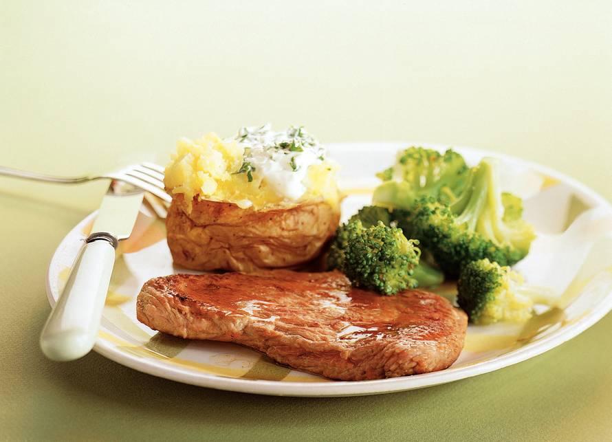 Kalfsschnitzels met gepofte aardappels
