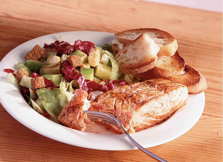 Gebakken zalmfilet met frisse salade