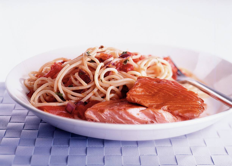 Spaghettini met zalm en sinaasappelsaus
