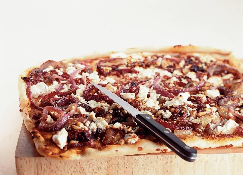 Pizza met witte kaasblokjes