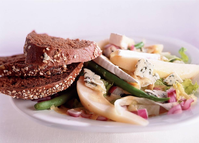 Twee-kazensalade met warm brood