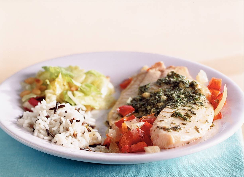 Tilapiapakketjes met rijst en salade